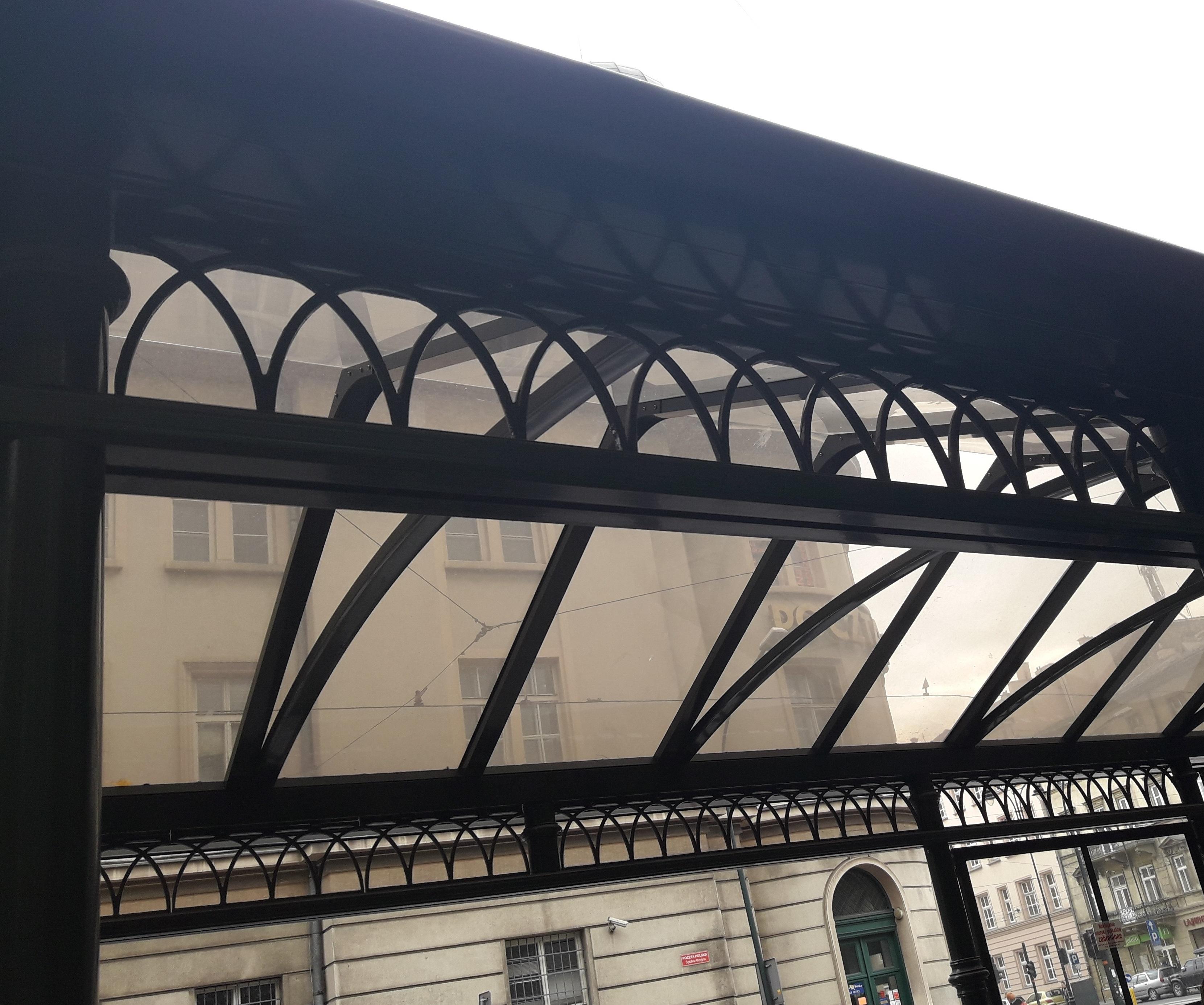 Dekor wiaty na przystankach w Krakowie